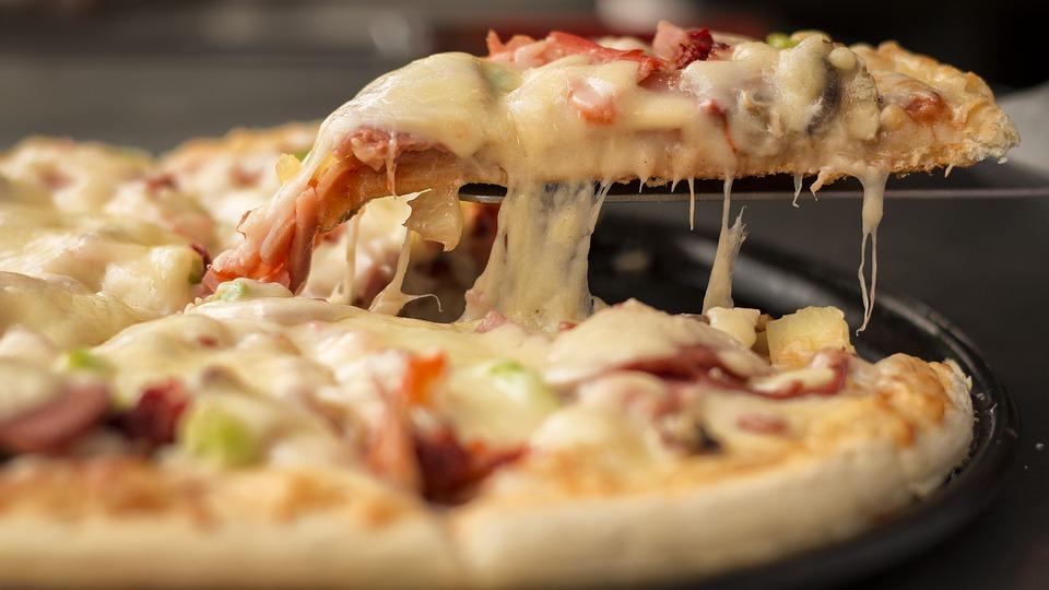 pizza americana llena de queso