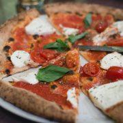 pizza italiana con tomate y queso