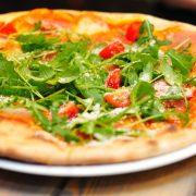 pizza italiana con rucula